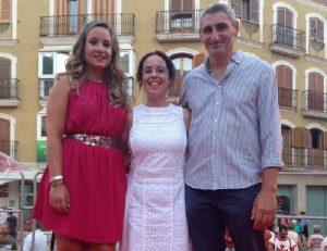 Carla-y-Jaume-con-Celia-en-el-preg¢n-de-moros-y-cristianos