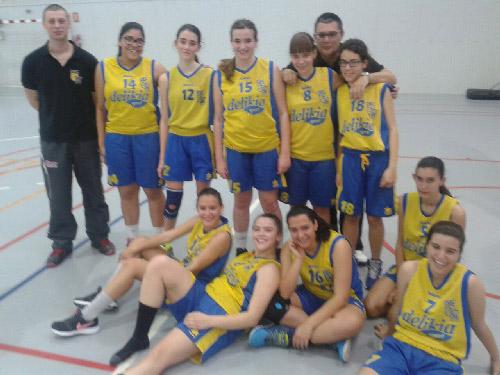 JR-fem-equip