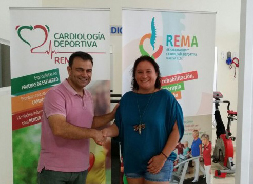 Gema-Estrela-y-Juan-Oliver-sellando-el-acuerdo