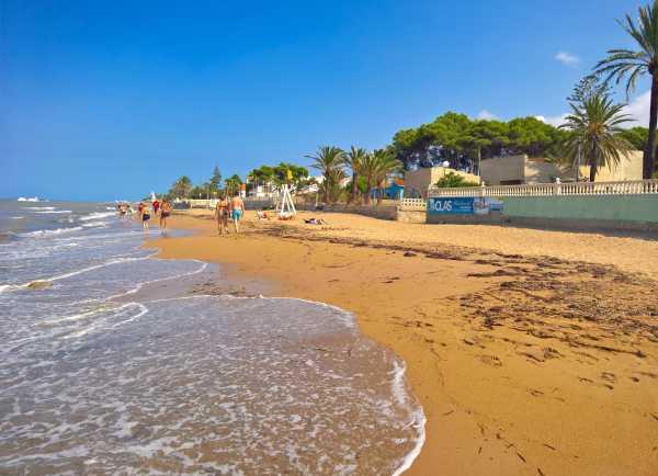 08-la-playa-delante-del-residencial-2016-privado-libre-de-derechos-de-autor-1-copia