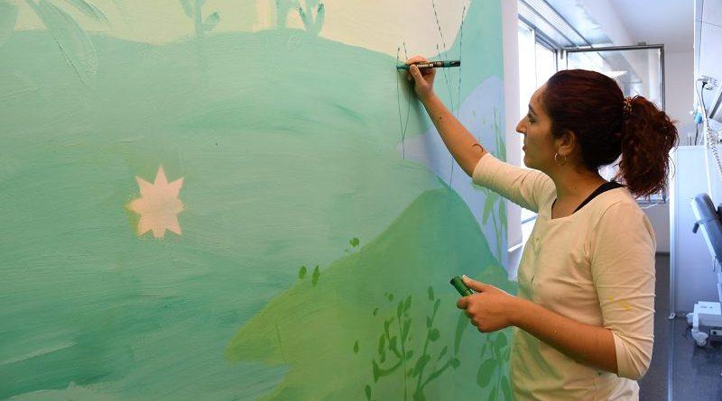 La artista María Ortega transforma y humaniza el Hospital de Dénia cuando nadie la ve