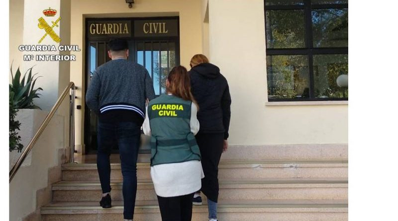 """La Guardia Civil detiene a cuatro personas altamente especializadas en el hurto y robo mediante el método del """"abrazo"""" en la Marina Alta"""