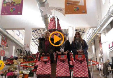 El tradicional árbol solidario del Mercado Municipal difunde la labor de Carena
