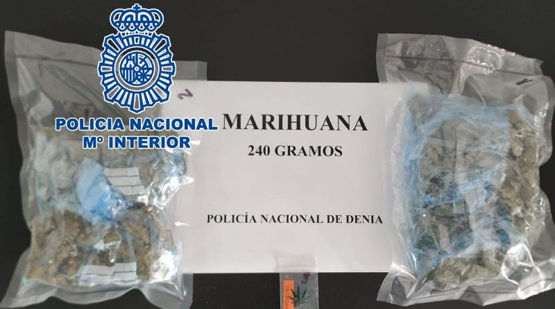 La Policía Nacional detiene en Dénia a un joven que llevaba 250 gramos de marihuana en su coche