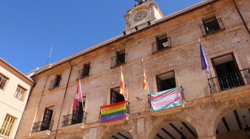 La fachada del Ayuntamiento muestra las banderas LGTBI+ y trans
